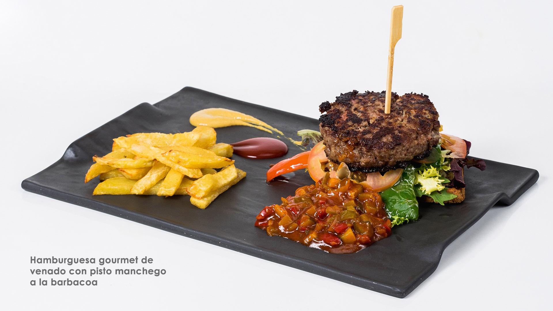 Hamburguesa gourmet de venado con pisto manchego a la barbacoa