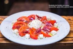 Ensalada de tomate con queso mozzarella, queso feta y jamón ibérico2