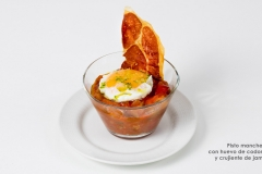 Pisto manchego con huevo de codorniz y crujiente de jamón