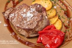 Solomillo de carne roja al carbón con guarnición
