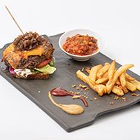 Hamburguesa Gourmet de venado a la parrilla con pisto manchego a la barbacoa